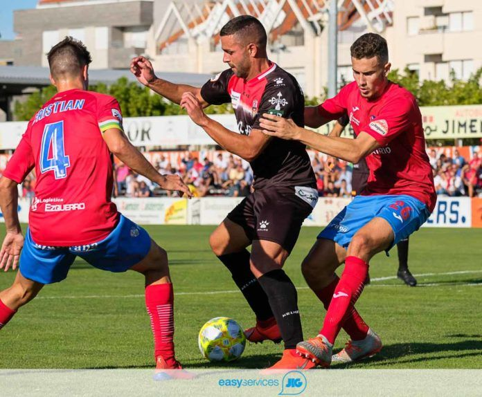 LA FOTO DEL PARTIDO. El penalti que el arbitro no pito, de Rojas sobre Ander Vitoria. riojapress/Fernando Diaz